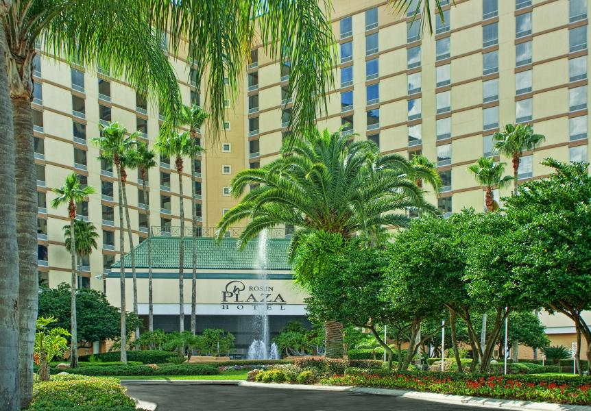 Lush foliage welcomes Rosen Plaza guests for a tropical Orlando experience.