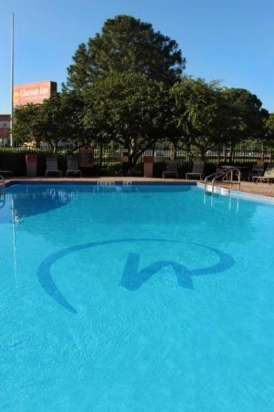 Seasonally Heated Pool with Rosen Hotels & Resorts Logo