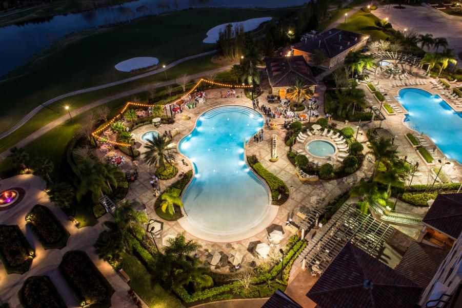 With four outdoor swimming pools, there's plenty of poolside space for tropical events.