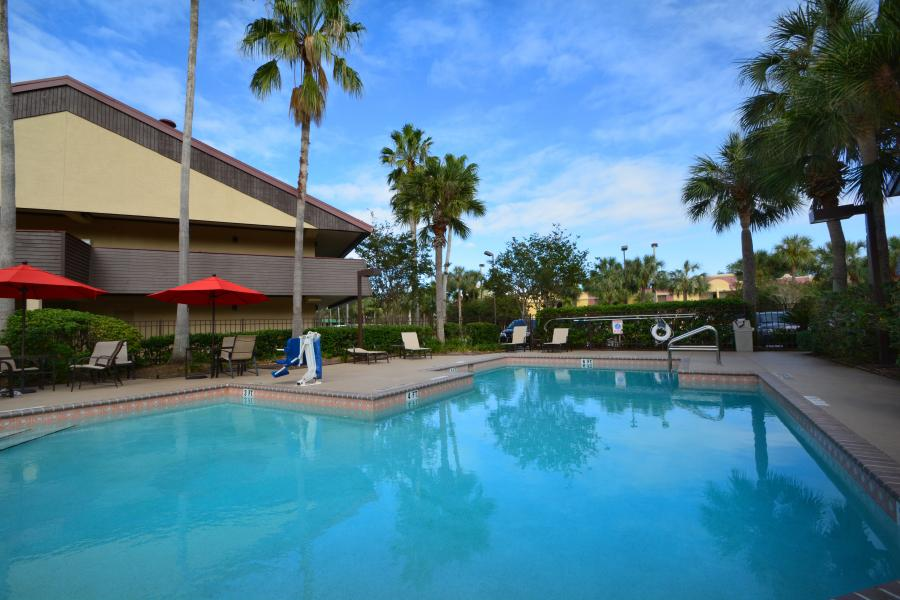 Midpointe Hotel Poolside