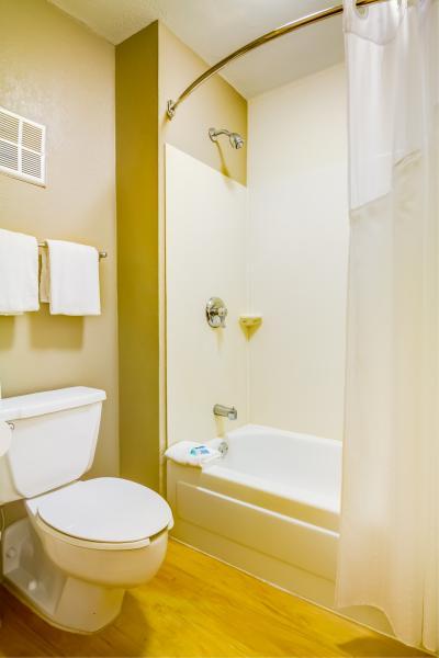Midpointe Hotel Bathroom